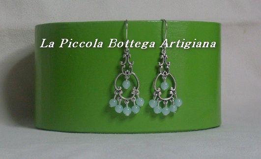 Orecchini vintage realizzati con monachelle in argento e base in metallo argentato con perline in vetro verde acqua