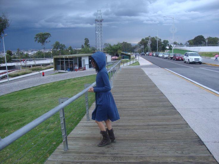 Vestido color azul pizarra,corte a la cintura, con detalles estampados,gorro y bolsa lateral izquierda con pliegues.  Tela de algodón,muy cómodo,elegante. Adecuado para la temporada invernal. Talla chica.  Informes: www.facebook.com/ropaporanahidalgo whats app 2225480764