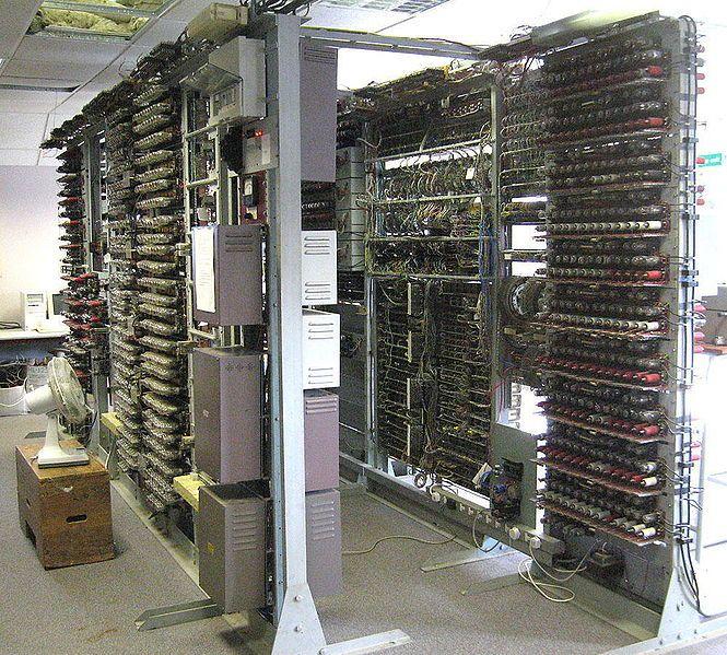 Il calcolatore Colossus aveva 1500 valvole e pesava più di una tonnellata. Colossus non poteva essere programmato e non aveva memoria. La sua funzione era di decriptare i messaggi dei tedeschi elaborando 5000 caratteri al secondo. Era in grado di decifrare 4000 messaggi al giorno.   In foto la replica funzionante completata nel 2007.