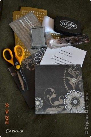 Попросила меня как то одна фотограф сделать ей сертификатов, но что бы красиво и не дорого, вот к чему мы пришли в итоге) Нам понадобится: 1. заготовки для конверта размером 15*15 - 2 шт. 2. заготовка с распечатанным текстом размером 13,5*13,5 2. подушки штемпельные (подходящих цветов) 3. фигурные ножницы (можно использовать фигурный дырокол) 4. акриловый блок и прозрачные штампы 5. шелковая лента 5. наклейки с русским алфавитом и красивыми кружевами фото 1