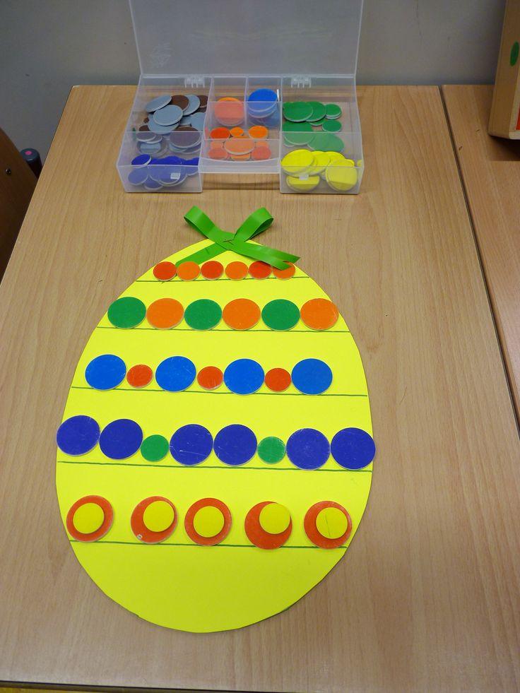 Ei versieren met gekleurde cirkels volgens een patroon.