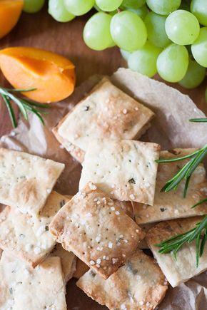 Rosemary Sea Salt Cracker. Die 30-Minuten Cracker sind knusprig, goldbraun und vollgepackt mit Rosmarin und Meersalz. Perfekt als Snack unterwegs oder abends mit Käse und einem Gläschen Wein - kochkarussell.com