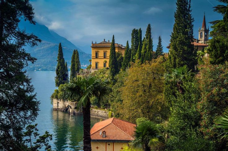 Villa Monastero   É uma vila localizada em Varenna na província de Lecco e nas margens do Lago Como.   A moradia tem um jardim botânico, um museu casa e centro de convenções.   Entre as conferências organizadas na Villa Monastero, há os cursos de verão da escola italiana de Física que hospedaram mediações de mais de trinta prêmios Nobel.