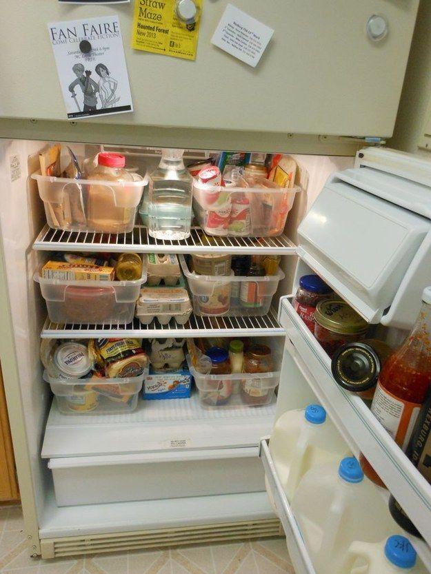 Precisa desesperadamente de mais espaço na geladeira? Guarde itens semelhantes juntos em caixas de plástico.