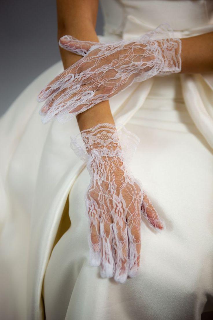 Ti-ar placea sa porti la propria nunta niste manusi scurte din dantela cu model?   Poti sa alegi manusile din dantela alba al caror design este inspirat din natura. Aceste manusi sunt potrivite mai ales pentru nuntile de primavara-vara.   Manusile de mireasa sunt acele piese vestimentare...