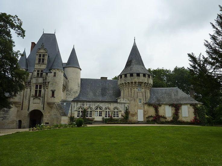 Château de Javarzay - 9) Le manque d'unité dans ce qui existe et les anomalies de la chapelle avec ses proportions, la présence d'une canonnière et d'une cheminée dans le mur sud, témoignent d'une réutilisation du bâtiment qui était déjà là lors des constructions de 1513.