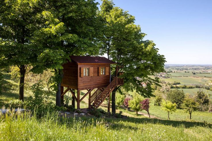 Treehouse in San Salvatore Monferrato, Italy. A wonderful suspended nest, an amazing panoramic view on the hills, among the fragrances of the linden trees and other aromatic herbs. A garden with solarium and a swimming pool (seasonal opening) surrounded by blooming peaceful nature.  The garde...