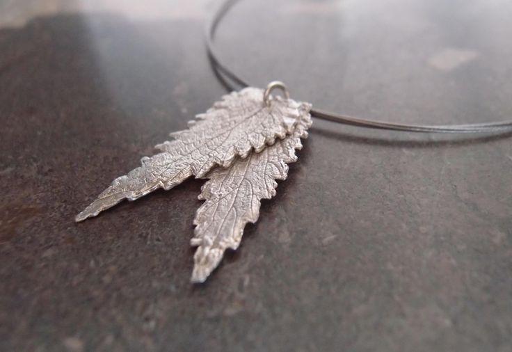 Necklace with two silver leaves - Halsketting met twee zilveren blaadjes door ATELIERFLAMBE op Etsy