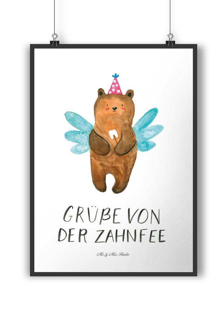 Poster DIN A4 Zahnfee Bär aus Papier 160 Gramm  weiß - Das Original von Mr. & Mrs. Panda.  Jedes wunderschöne Poster aus dem Hause Mr. & Mrs. Panda ist mit Liebe handgezeichnet und entworfen. Wir liefern es sicher und schnell im Format DIN A4 zu dir nach Hause.    Über unser Motiv Zahnfee Bär  Der Milchzahn ist draußen! Ein klarer Fall für die Zahnfee. Unsere süße Zahnfee ist exklusiv aus der Beary Times - Kollektion.    Verwendete Materialien  Es handelt sich um sehr hochwertiges und edles…
