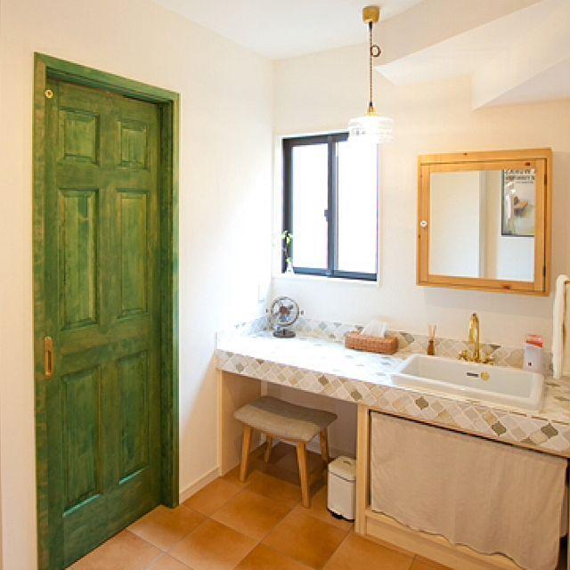 女性で、のIKEA/名古屋モザイクタイル/コラベル/洗面所/木製ドア/ビスコッティ…などについてのインテリア実例を紹介。「工務店さんに撮っていただいた写真です♪ 洗面台は憧れていたコラベルでお願いしました♥︎⍤⃝ トイレのドアは緑色なので、来客にトイレの場所を教えるのに役立っています笑」(この写真は 2015-12-18 14:56:28 に共有されました)