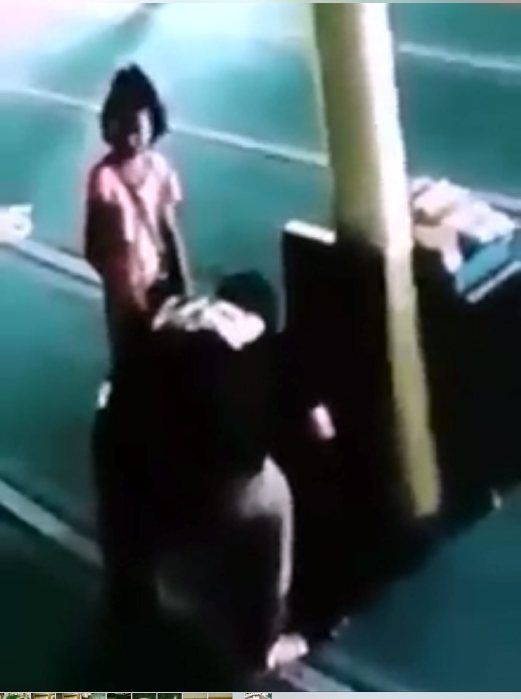 3 Sekeluarga termasuk seorang kanak-kanak 5 tahun curi tabung masjid   Masjid adalah tempat beribadat tetapi tiga sekeluarga menjadikannya sebagai lubuk mencari rezeki dengan mencuri wang dalam tabung di Masjid An-Naim Durian Tunggal di sini petang Sabtu lalu.  Aksi curi tabung jadi viral  Bagaimanapun dalam kejadian jam 6.53 petang itu wajah dan aksi ketiga-tiga suspek dipercayai berusia antara lima tahun dan 30-an itu berjaya dirakam kamera litar tertutup (CCTV) yang dipasang di masjid…