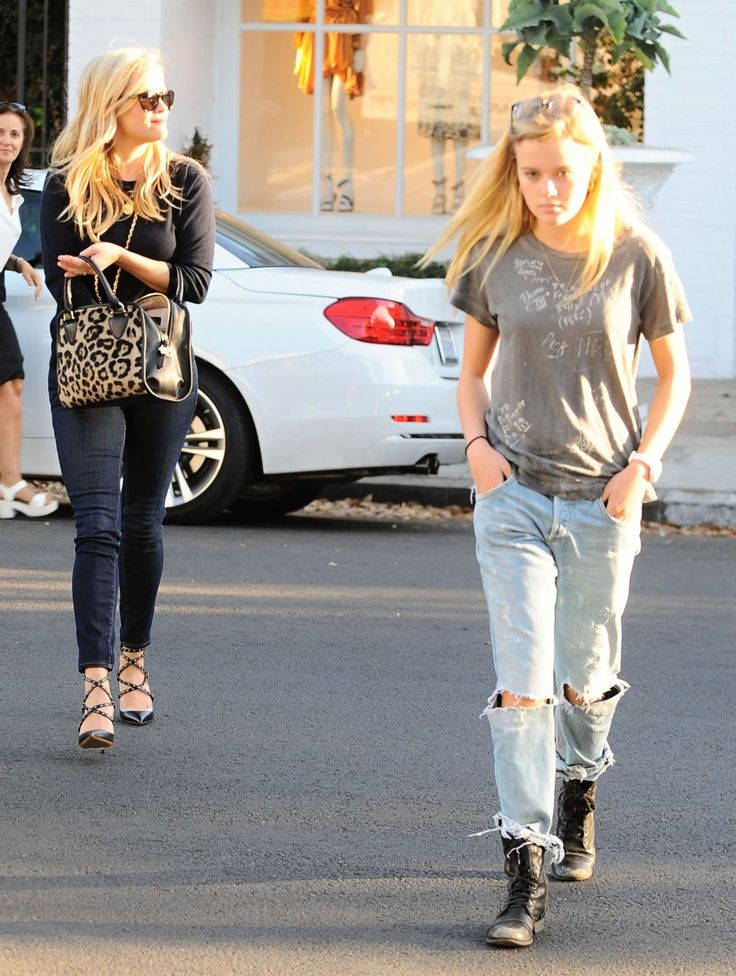 Reese Witherspoon takes her daughter Ava shopping on October 21, 2015