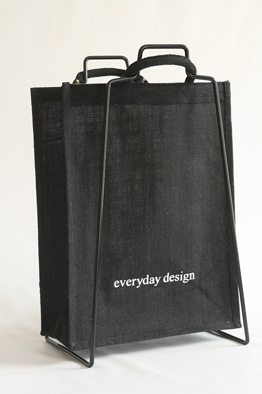 The jute bags are available in black and beige. www.everydaydesign.fi
