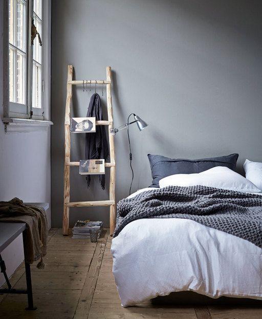 Decoratief én praktisch is deze houten ladder die omgetoverd is tot nachtkastje.