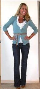 Синий кардиган, белый верх, джинсы клеш, коричневыйй ремень, коричневые ботильоны
