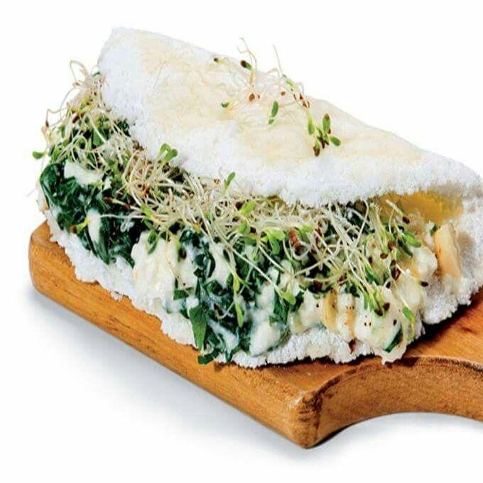 tapioca recheada com espinafre e brotos de alfafa