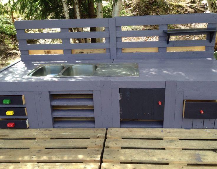 Uteljøkken laget av paller kreative voksne i barnehagen