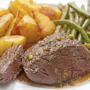 Arbeitzeit: 2 Stunden , 30 Min. Schwierigkeitsgrad: mittel Koch-/Backzeit: 2 Stunden Portionen: 4 Zutaten: 1.2 kg Rindfleisch 1 große Zwiebel 200 ml