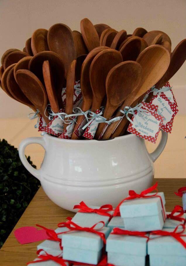 Decoração para chá de panela: jarra de lembrancinhas com colher de pau.