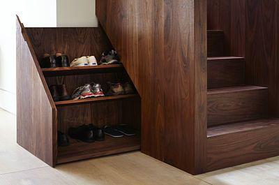 Dřevěné schodiště je doplněno spoustou zajímavých a povedených detailů.