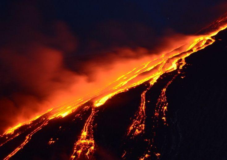 Prosegue la nuova fase eruttiva dell'Etna iniziata ieri pomeriggio e  caratterizzata da un'intensa attività stromboliana con l'espulsione di  alte fontane di lava e sbuffi di cenere e vapore. L'attività del vulcano  riguarda il cratere di Sud-Est che emette diverse fontane di lava, la