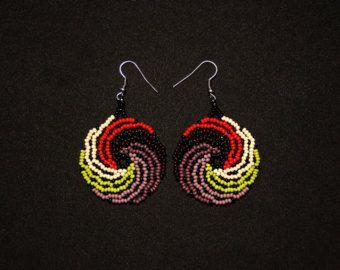 Huichol onda orecchini, orecchini perline messicani, Huichol gioielli, orecchini piccolo medaglione, piccole perline orecchini, bigiotteria tradizionale