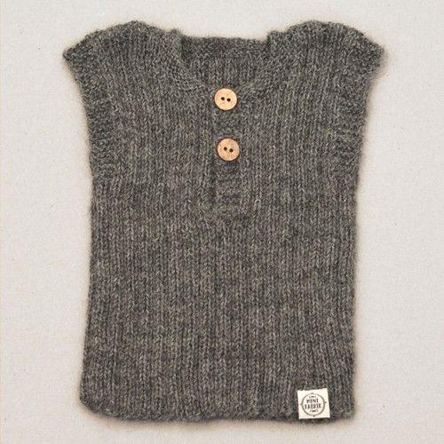 Débardeur Lily & Lars  Débardeur classique qui peut être porté par exemple lors d'une journée d'été fraîche ou l'hiver à l'intérieur ou sous une veste. Tricoté main. 100% laine d'alpaga.  Couleur: Gris foncé.