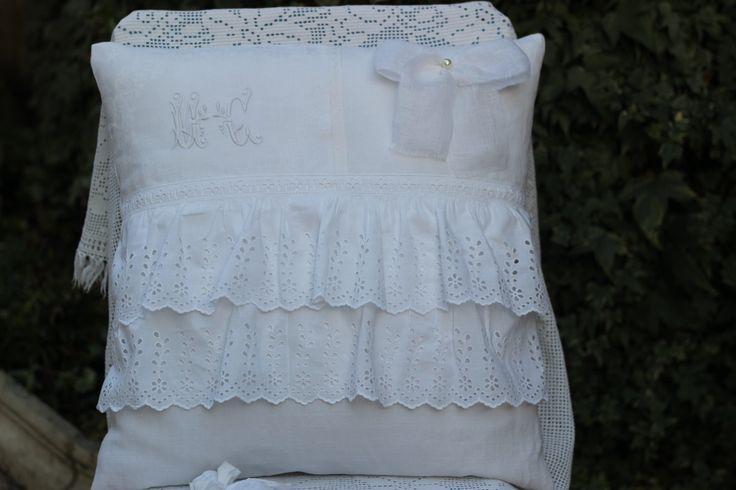 housse de coussin shabby chic blanc,broderie anglaise ancienne,noeud en voile de lin de la boutique atelierdeugenie sur Etsy