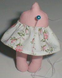 Boneca pequena feita de tecido. É bem simples e muito fácil de fazer, eu encontrei num site doll maker e repasso aqui. Quem quiser ir dir...