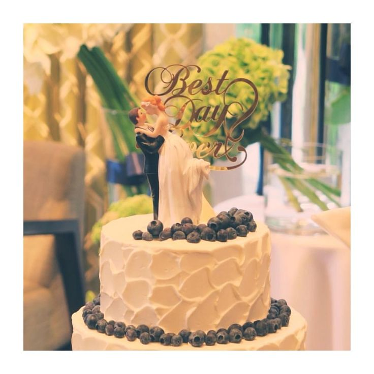 . wedding report 18 . . ウエディングケーキ❤︎ アップで❤︎ こんな感じでした❤︎ . ケーキトッパーも GOLDのプレートも 最高に可愛かったです❤️ . ぶ、ブルーベリーかわいいぃ✨ . 自画自賛みたいになっちゃうんですが……ほんとに、、良かったです✨ . #wedding #結婚 #結婚準備 #プレ花嫁 #卒花嫁 #卒プレ花嫁 #卒花 #ウエディングケーキ #ケーキトッパー