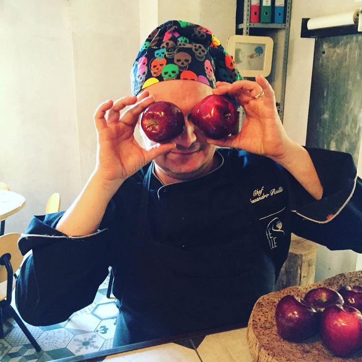 Lo chef @chefalessandrorulli vi aspetta per #pranzo con una mela al giorno! Un primo? Maccheroni cime di rapa broccoli e fonduta Spaghetti alla gricia. Un secondo? Bocconcini di agnello brasati con timballo di riso Salmone fumé con papaya e cipolla caramellata. Un'insalata? #vegan Farro e mirepoix di verdure Crudité di verdure con ricotta di bufala. Buon appetito!  #isola #milano #bistrot #gorillemi #portanuova #portanuovamilano #milanodavedere #igers by cafegorille