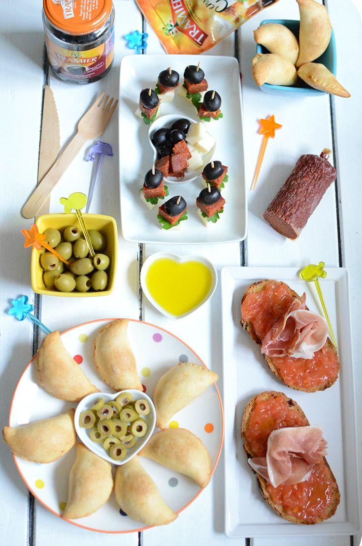 Farandole de tapas : Pan Tumaca, Empanadas au thon et aux olives, Brochettes apéritives chorizo, fromage et olives noires #recette #apéro #dinatoire #entrée #repas #tapas #pain #tomates #ail #huile #Tramier #jambon #serrano #empanadas #thon #olives #vertes #confites #paprika #chorizo #fromage #persil