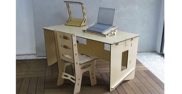 Sedia, scrivania con porta computer e lampada.