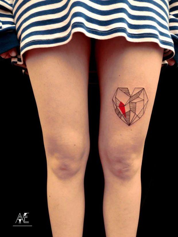 A polonesa Axel Ejsmont cria tatuagens minimalistas. De corações rabiscados até um simpático homenzinho levantando peso, elas são simples, mas muito legais.