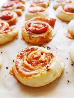 Alles, was Du brauchst ist Käse, Pepperoniwurst und Tomatensauce. Pack die Zutaten auf Blätterteig, roll sie ein und schon hast Du die besten Pizzaschnecken der Welt.