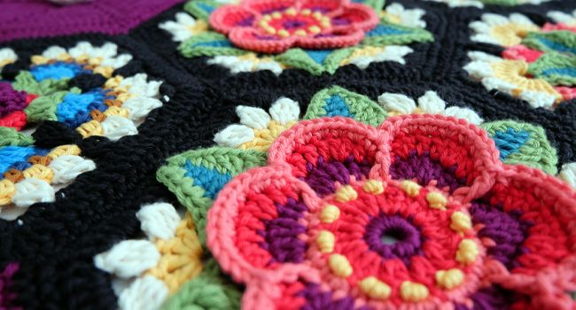 jane crowfoot cal 2016 fridas flowers Ravelry link here http://www.ravelry.com/patterns/library/fridas-flowers-blanket
