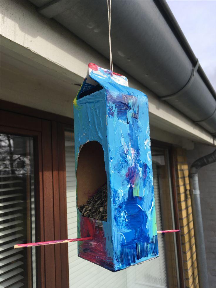 Mælkekarton lavet om til et fuglehus/bræt. Brug evt farverig maling, klistermærker, farver og tuscher.