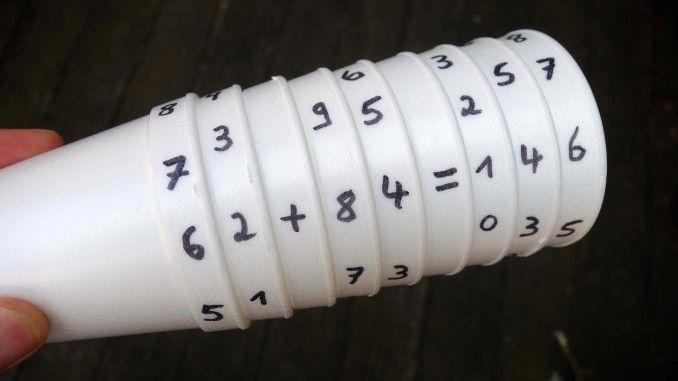 Die Konstruktion ist innerhalb weniger Minuten einsatzbereit und hilft ABC Schützen verschiedene mathematische Regeln zu lernen und das mit Spaß.