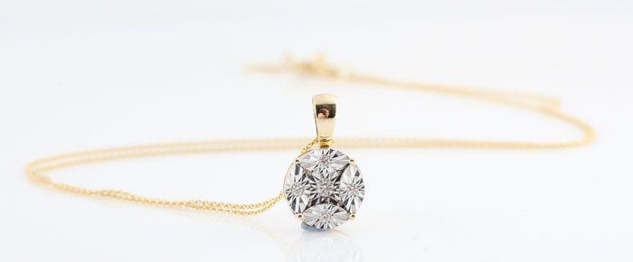 14kt diamond cluster hanger & ketting totaal 0.05 ct. G-H/VS1-SI1. Lengte ketting: 45.00cm  14kt diamond cluster hanger & ketting totaal 0.05 ct.gele 14kt goud gestempeld.Diamant-hanger versierd met 5 briljant-cut diamonds totale 0.05 ct.Kleur: Top Wesselton-Wesselton (G-H).Duidelijkheid: VS1-SI1.Sterke schittering.Totaal gewicht: 240 gr.Lengte ketting: 45.00cm.Hanger metingen: 14 x 9 x 4 mm.Object wil verzenden in sieraden cadeau doos en verzekerde vervoer.994-P06974.  EUR 0.00  Meer…