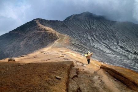 Anggi Anggoman: There's a view of a path that was the crater rim of kawah ijen (Banyuwangi, East Java, Indonesia). This rim crater is the only way for the sulfur miners to get to the sulfur weighing station.