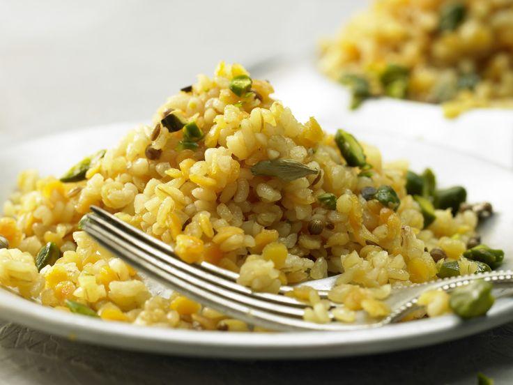 Linsen-Bulgur ist eine besondere Köstlichkeit. Linsen-Bulgur - mit Kardamom, Koriander, Kreuzkümmel und Pistazien - smarter - Kalorien: 388 Kcal - Zeit: 15 Min. | eatsmarter.de.