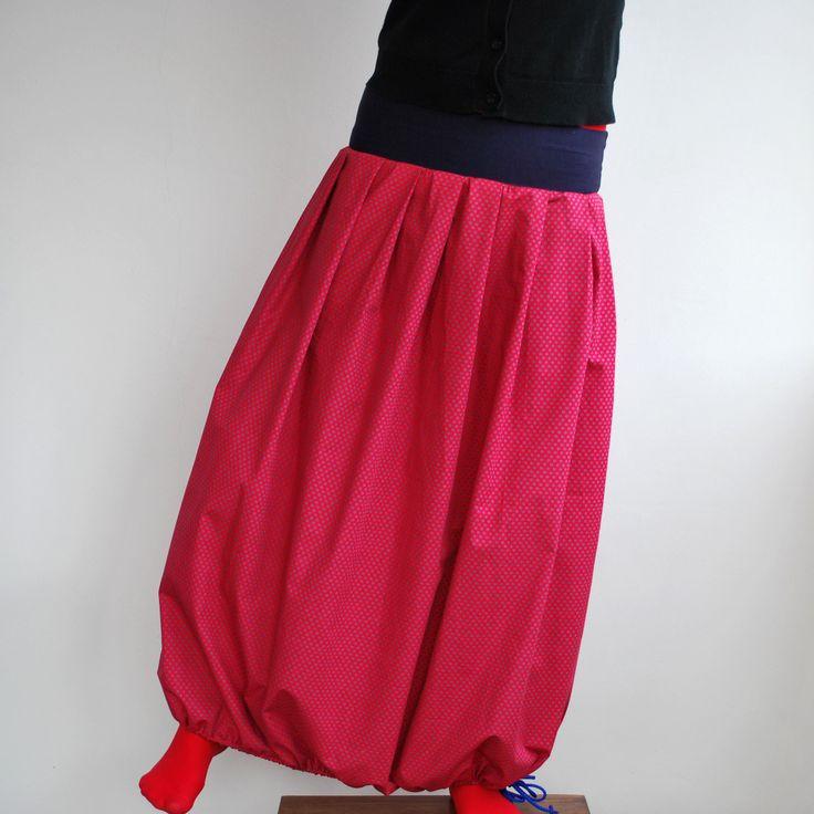 Balonetka dlouhá Dlouhá sukně z krásné bavlněné, designové, puntíčkaté (červeno - modré) látky, ušita dle vlastního návrhu. Sukně má pružný pas ušitý z tmavěmodrého úpletu. Dole na sukni je navlečená šňůrka, kterou můžete libovolně stahovat, nebo ji úplně povolit a mít sukni krásně širokou. Vše je začištěno na overlocku černou nití. Vel: pas pruží - ...