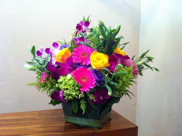 ¡Lo mejor de la primavera en cada espacio! #arreglosflorales #color #primavera #embrujosfloralstudio