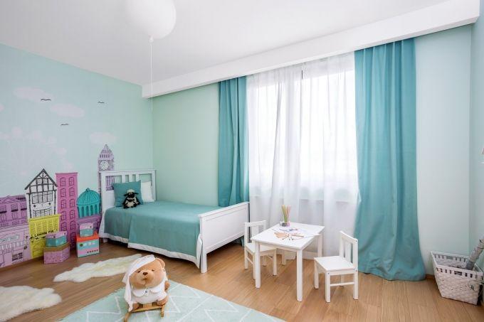 Dětský pokojík nabízí velkorysý prostor pro vyžití, nábytek je z Ikea, panoramatická tapeta Londýna od Casadeco