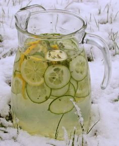 """Winterzeit - Detox-Zeit Nach den Feiertagen fühlen wir uns schlaff und blass. Vielleicht mal Zeit, den Körper ein wenig zu entrümpeln. Eine einfache Methode ist """"viel (Wasser) trinken"""". Verschiedene Getränke mit frischen Zutaten helfen dabei."""