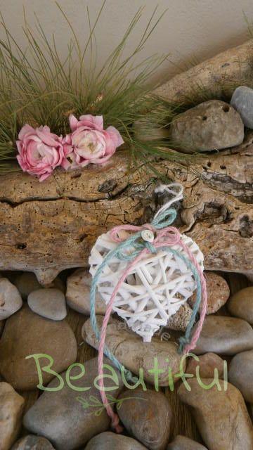 Μπομπονιέρα. Μπομπονιέρα Γάμου καρδιά, μπαμπού λευκή με κορδελάκια πετρόλ – ροζ από λινάτσα με σατέν λουλουδάκι χειροποίητο.