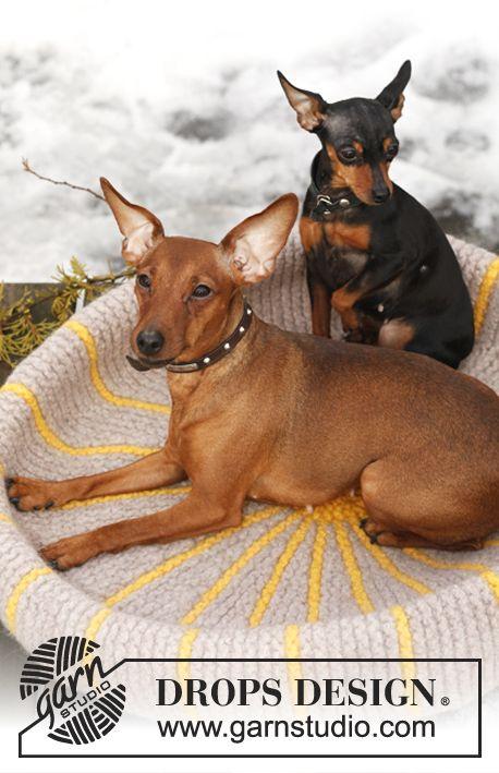 "Free pattern: Knitted DROPS dog's basket in ""Eskimo"". ~ #DROPSDesign #Garnstudio #FeltingFever"