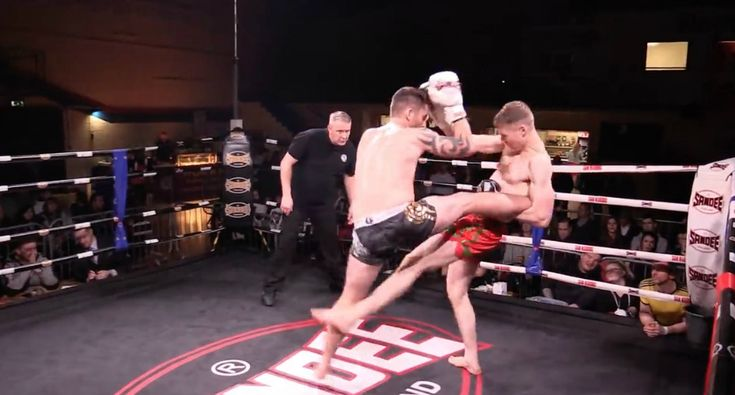 Lutador De Muay Thai Aplica Golpe De Génio Enquanto Cai