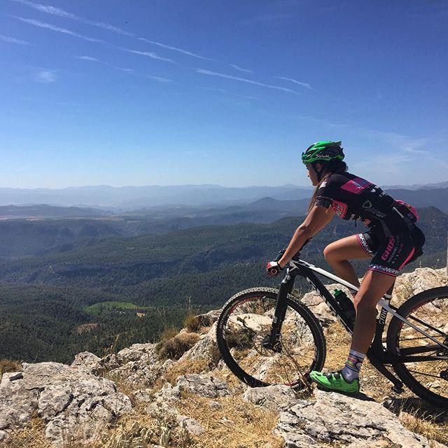 Primer día de la feria de Albacete, podría empezarse mejor? Buenas vistas, espectacular ruta y mejor compañia. #bogarra #especial #btt #2000m #mountainbike #everyday #smile #spiuk #gobikwear #anidrasracingteam #ghostlector #ridenewrace #nutrytec #xsauce #playfitness #diversión #compañia #ladybiker #bttfemenino #venusbikes #paraiso #feriadealbacete #vámonos #vtt #girlsonbikes