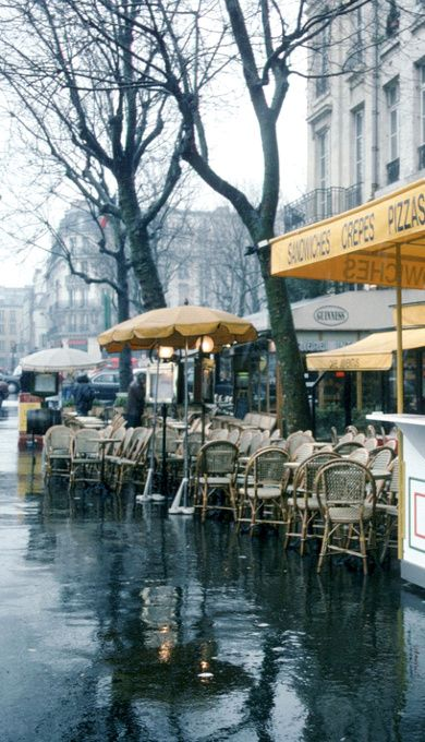 Your daily picture of #Paris, rainy day in a cafe. Lovely #travel